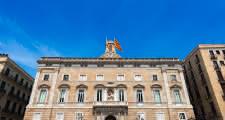 descubriendo la plaça de sant jaume durante el free tour de barcelona
