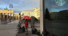 Punto de encuentro del Tour del Tercer Reich delante delStarbucksque hay en laPuerta de Brandeburgo