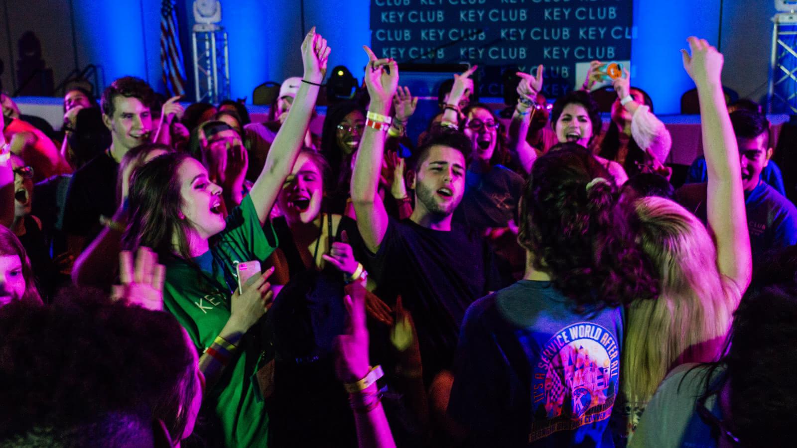 Gente en el club bailando y cantando durante el Pub Crawl de Bruselas