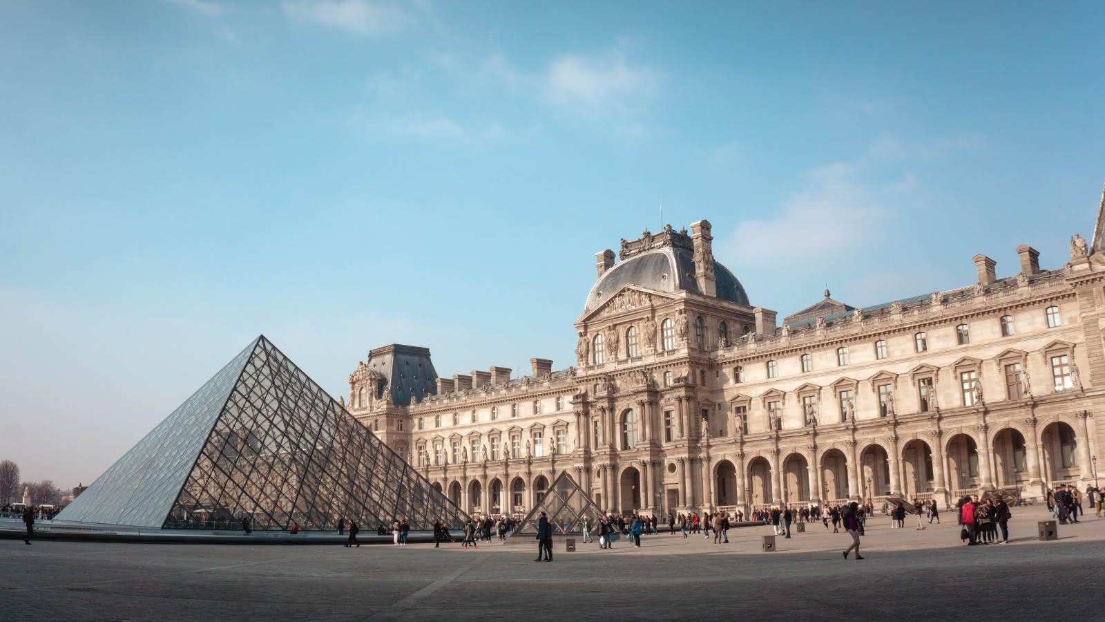 Pirámide del Museo del Louvre durante el free tour de paris